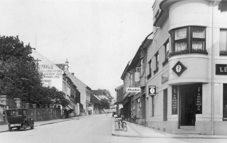 """VAMBERK – Pracovníci Muzea a galerie Orlických hor z Rychnova nad Kněžnou sestavili fotoalbum ulic měst a obcí na Rychnovsku. S jejich laskavým svolením Orlický týdeník přináší druhé srovnání podoby<a class=""""moretag"""" href=""""http://www.orlickytydenik.cz/vamberk-vcera-a-dnes-podivejte-se-jak-drive-vypadal-vamberk-2/"""">...celý článek</a>"""