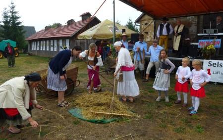 """POHOŘÍ – Téměř šest stovek návštěvníků zavítalo na III. selské dožínky v Pohoří, které na statku U Oubrechtů pořádala tuto sobotu Asociace soukromých zemědělců regionu Rychnov nad Kněžnou. Celodenní program,<a class=""""moretag"""" href=""""http://www.orlickytydenik.cz/selske-dozinky-v-pohori-jiz-potreti/"""">...celý článek</a>"""