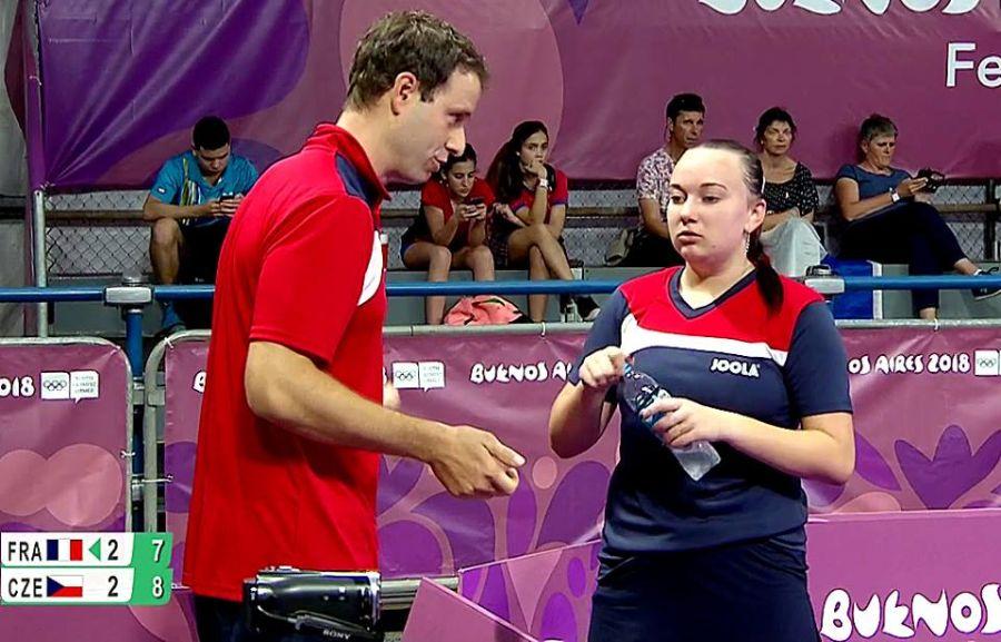 Zdena Blašková s trenérem Vrňákem během utkání s Francouzkou Gauthierovou.
