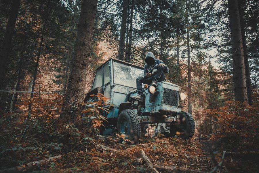 traktor_les_technika