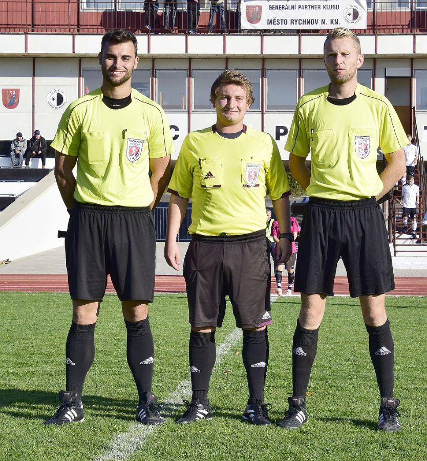 Rozhodčí Michal Šedivý (uprostřed).