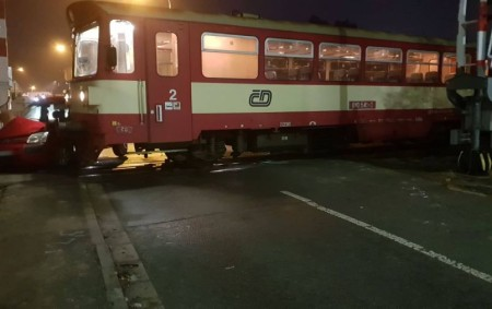 """NÁCHOD- Vúterý 18. prosince ráno byl vyhlášen poplach profesionálním hasičům zNáchoda. Důvodem byla železniční dopravní nehoda, která se stala na přejezdu vnáchodské části Běloves. Osobní vlak se zde střetl sosobním<a class=""""moretag"""" href=""""http://www.orlickytydenik.cz/ze-stretu-vlaku-a-auta-vyvazli-vsichni-bez-zraneni/"""">...celý článek</a>"""