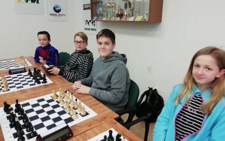 """RYCHNOV N. K. - V úterý 27. listopadu proběhlo na rychnovském Gymnáziu F.M. Pelcla okresní kolo škol Rychnovska v šachu. Suverénně si vedla a do kraje postoupila čtveřice kluků, zároveň<a class=""""moretag"""" href=""""http://www.orlickytydenik.cz/okresni-skoly-maji-za-sebou-prebory-v-sachach/"""">...celý článek</a>"""