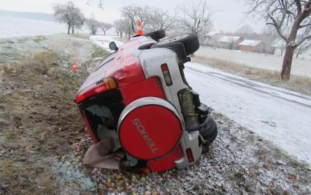 """RYCHNOVSKO - K havárii se zraněním vyjížděli v soboru 15. prosince ráno rychnovští policisté. Hlídka ze skupiny dopravních nehod obdržela oznámení o události krátce po osmé hodině ranní. """"Řidič osobního<a class=""""moretag"""" href=""""http://www.orlickytydenik.cz/na-silnicich-pozor-bouralo-se-na-naledi/"""">...celý článek</a>"""