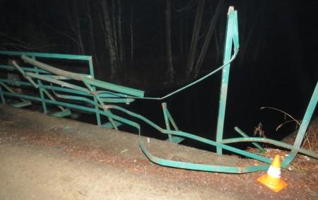 """RYCHNOVSKO -K havárii u přechodu s Polskemvyjíždělaprvní prosincovýpátekvečerhlídka z rychnovskéskupiny dopravních nehod. """"V Bartošovicích v Orlických horách projíždělv19.45hodin dosud nezjištěný řidič s neupřesněnou nákladní soupravou od centra obce směrem k<a class=""""moretag"""" href=""""http://www.orlickytydenik.cz/neznamy-ridic-strhnul-cast-zabradli-a-ujel/"""">...celý článek</a>"""