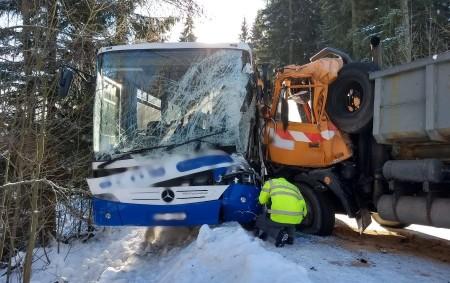 """BARTOŠOVICE V O. H. – Vsobotu 19. ledna dopoledne byl vyhlášen poplach jednotkám požární ochrany kvůli dopravní nehodě autobusu a vozidla zimní údržby. Zalarmováni byli hasiči zKrálovéhradeckého, ale také Pardubického<a class=""""moretag"""" href=""""http://www.orlickytydenik.cz/v-orlickych-horach-se-stretl-autobus-s-vozidlem-zimni-udrzby/"""">...celý článek</a>"""