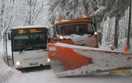 """DEŠTNÉ VO. H. – Čtyři jednotky požární ochrany zasahovaly u dopravní nehody, kdy 13. ledna na silnici na Šerlich zapadl sypač a autobus. Vozidla o sebe zůstala zapřena boky a<a class=""""moretag"""" href=""""http://www.orlickytydenik.cz/na-silnici-na-serlich-zapadl-sypac-a-autobus/"""">...celý článek</a>"""