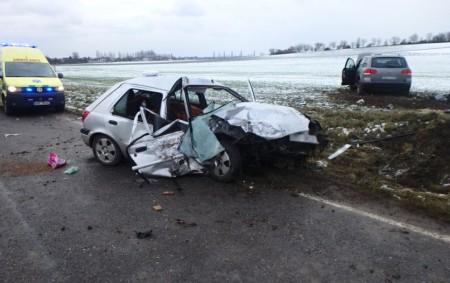 """NÁCHODSKO -Ve čtvrtek 10.ledna vyjížděli náchodští policisté kprvní nehodě vtomto roce, která skončila tragicky. Při srážce dvou osobních vozidel u Dolan zemřel jeden zřidičů. Nehoda se stala ve12.55 hodin na<a class=""""moretag"""" href=""""http://www.orlickytydenik.cz/stret-dvou-osobnich-automobilu-dopadl-tragicky-ridic-zemrel/"""">...celý článek</a>"""
