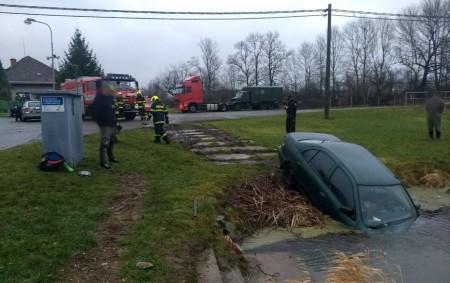 """SEMECHNICE – Vsemechnické požární nádrži skončilo 16. ledna vozidlo poté, co vyjelo mimo komunikaci. Auto zajelo do vody přední částí, při nehodě došlo také kúniku provozních kapalin. Na místo zásahu<a class=""""moretag"""" href=""""http://www.orlickytydenik.cz/auto-spadlo-do-nadrze/"""">...celý článek</a>"""