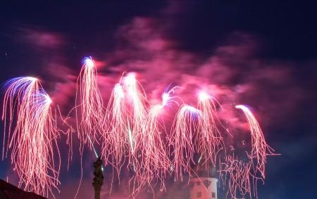 REGION – Konec roku je pravidelně spojen s podívanou na ohňostroje. Některé z nich umně zachytil fotograf Libor Hynek. Vlevo je Vamberk a vpravo Rychnov nad Kněžnou.