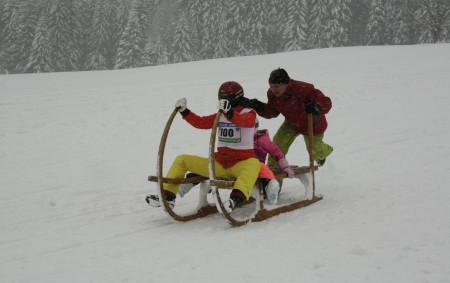 """ORLICKÉ ZÁHOŘÍ – Závody ve ski areálu na Černé Vodě v sobotu 12. ledna se konaly hned dva – retro závod na rohačkách a retro závod na historických lyžích. Obec<a class=""""moretag"""" href=""""http://www.orlickytydenik.cz/na-cerne-vode-se-jelo-zimni-retro-s-mezinarodni-ucasti/"""">...celý článek</a>"""