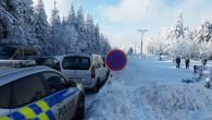 """ORLICKÉ HORY – Vydařená zimní sezona láká lyžaře a turisty k návštěvě Orlických hor. Se zejména víkendovým náporem motoristů směřujících do zimních středisek však vznikají problémy s parkováním. """"Dopravní policisté"""