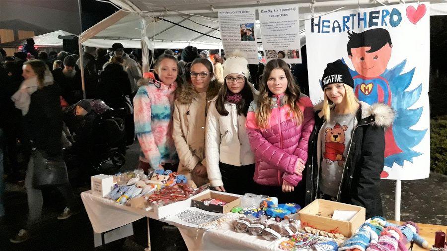 Žáci prodávají své výrobky na trzíhc v Čermné nad Orlicí s cílem získat finance pro Centrum Orion 2