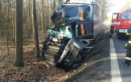 """RYCHNOVSKO – Profesionálním hasičům zDobrušky byl vyhlášen poplach kvůli dopravní nehodě kamionu, který vyjel mimo komunikaci a skončil vpříkopu. Nákladní vozidlo havarovalo 19. února u místní části Chábory na silnici<a class=""""moretag"""" href=""""http://www.orlickytydenik.cz/kamion-u-chabor-skoncil-v-prikopu/"""">...celý článek</a>"""