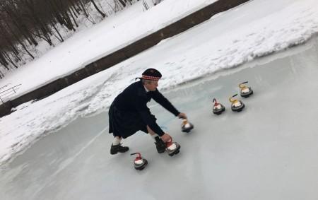 """ROKYTNICE V O. H. – Oblíbenou skotskou hru na ledu curling si měli možnost zahrát zájemci, kteří se sešli v sobotu 2. února hodinu po poledni na přírodním koupališti v<a class=""""moretag"""" href=""""http://www.orlickytydenik.cz/v-rokytnici-hazeli-po-lede-anglicke-cajove-konvice/"""">...celý článek</a>"""