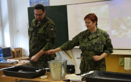 """JAVORNICE –Profesionální vojáci předvedli své dovednosti na základní škole v Javornici. Na ruku vojáka se dostal sulfidický yperit. Co má nyní dělat? Musí použít individuální protichemický balíček, ze kterého vezme<a class=""""moretag"""" href=""""http://www.orlickytydenik.cz/javornici-navstivila-armada-cr/"""">...celý článek</a>"""