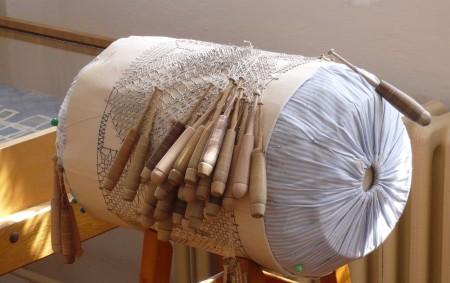 """VAMBERK - V sobotu 18. ledna Muzeum krajky Vamberk navštíví padesát krajkářek z celé Evropy, které se zde budou učit vambereckou """"specialitu"""" – vláčkovou krajku – a další tradiční postupy.<a class=""""moretag"""" href=""""http://www.orlickytydenik.cz/muzeum-krajky-vamberk-navstivi-krajkarky-z-cele-evropy/"""">...celý článek</a>"""