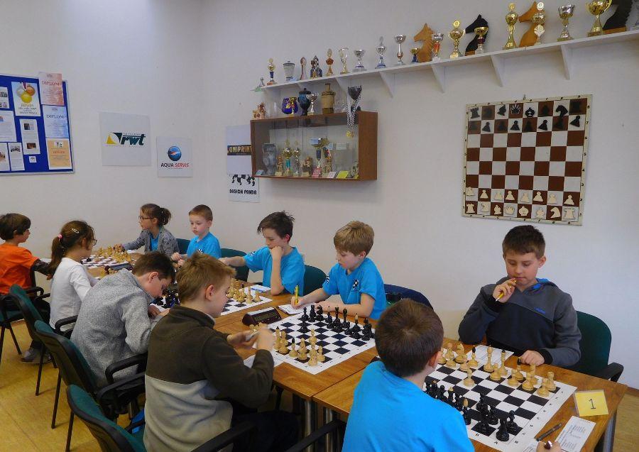 Stříbrné družstvo Pandy za šachovnicí, zleva - Hetfleischová, Kroulík, Kumpošt, Dušánek, Kobr.