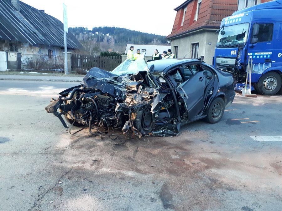 foto Policie Střet osobního auta s nákladním skončil tragicky ViewImage