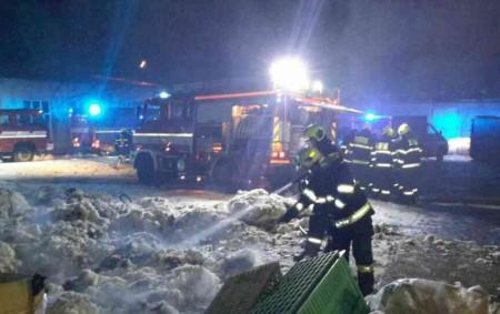 """ORLICKOÚSTECKO – Kpožáru přádelny do Chocně vyjíždělo ve čtvrtek 31. ledna ve 2.40 hodin pět jednotek hasičů. Prostory byly extrémně zakouřené. Uvnitř objektu bylo vdobě požáru 8 osob. Všechny osoby<a class=""""moretag"""" href=""""http://www.orlickytydenik.cz/pozar-v-pradelne-zpusobil-skody-za-miliony-korun/"""">...celý článek</a>"""