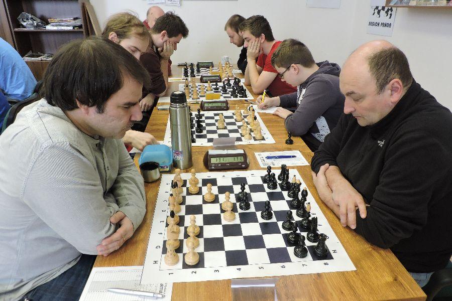 Na snímku ze zápasu Panda Rychnov – Frýdek Místek B 5:3 jsou první čtyři šachovnice. V popředí partie Holuša – Machlowski.  Slawomir Machlowski z Kladska je oporou Pandy již 15 let!