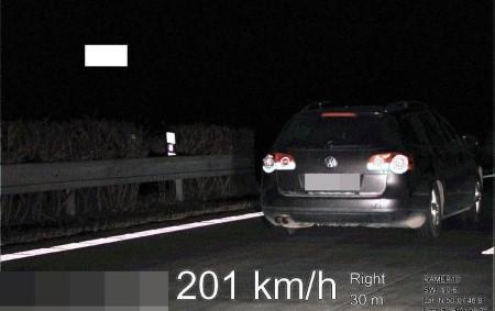 """KRAJ – Dramatické chvíle čekaly na službu konající hlídku dálničních policistů Pravy, kteří 28. února ve večerních hodinách dohlíželi nad provozem na královéhradeckém úseku dálnice D11. Riskantní vysokou rychlostí je<a class=""""moretag"""" href=""""http://www.orlickytydenik.cz/polak-jel-dvousetkilometrovou-rychlosti-policii-neujel/"""">...celý článek</a>"""