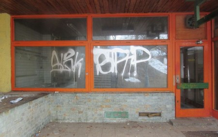 """RYCHNOVSKO -Policisté obvodního oddělení v Rokytnici v Orlických horách šetří případ poškození cizí věci. """"Doposud neznámý autorposprejovalvýlohu jedné z prodejen ve městě.Jeho stopy v podoběstříbrno-bílýchzhruba jednometrových nápisůzůstaly i na dvou<a class=""""moretag"""" href=""""http://www.orlickytydenik.cz/sprejer-ponicil-v-rokytnici-nekolik-objektu/"""">...celý článek</a>"""