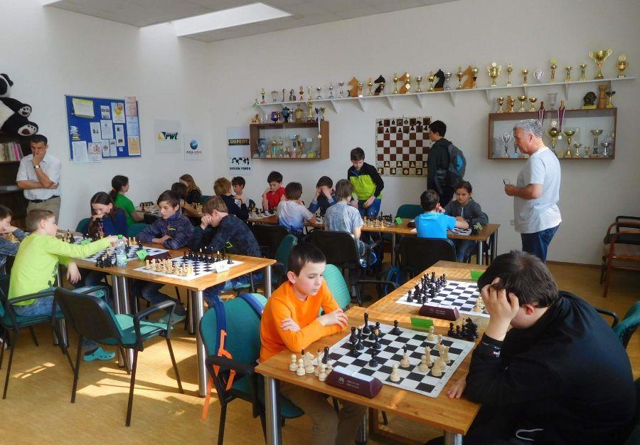 Mladí šachisté a šachistky v akci