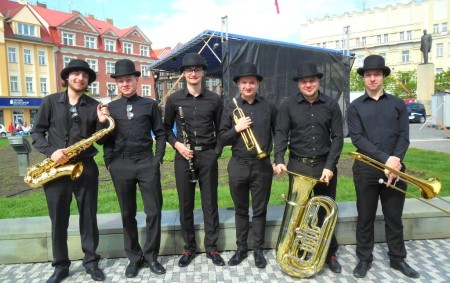 """TÝNIŠTĚ NAD ORLICÍ/ HRADEC KRÁLOVÉ –Dixielandovou kapelu z Týniště nad Orlicí v rozhovoru představil klarinetista Vojtěch Hájek. Oblíbená kapela sedmi mladých sympatických muzikantů pocházejících z Týniště nad Orlicí a jeho<a class=""""moretag"""" href=""""http://www.orlickytydenik.cz/black-burinos-rozdavali-na-prvniho-maje-radost/"""">...celý článek</a>"""