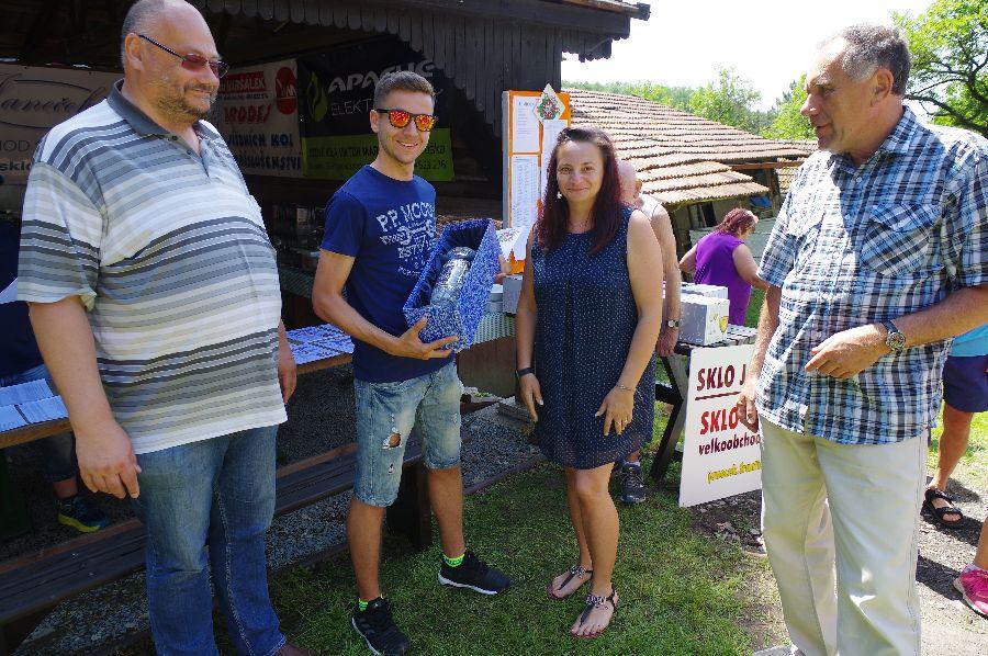 Vítěz Pavel Jelen (uprostřed). Vlevo starosta Dobrušky Petr Lžíčař a vpravo ředitel závodu Jaroslav Svědík.
