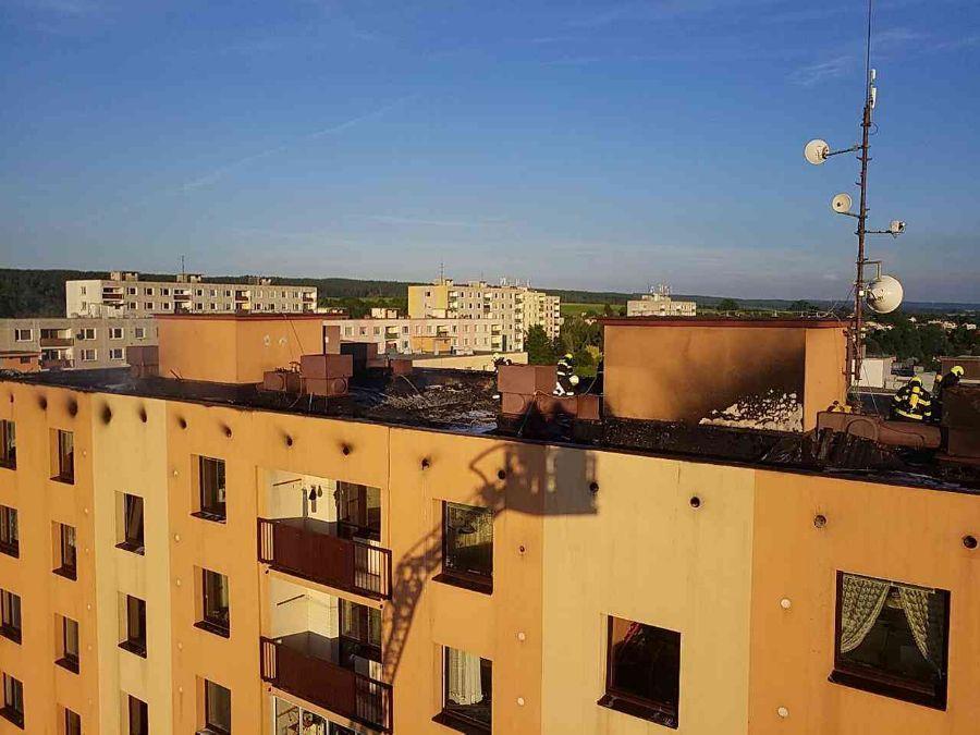 Požár izolace na střeše panelového domu v České Třebové ViewImageS498SL84