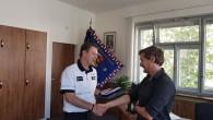 RYCHNOVSKO – Vpátek 14. června osobně poděkoval krajský ředitel 31letému muži zKostelce nad Orlicí, který svojí rozhodností a odvahou zachránil život 85letému seniorovi, jež projel na svém motocyklu železniční přejezd