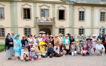 """DOUDLEBY N. O./POTŠTEJN – Ve znamení originálních pokrývek hlavy se neslo nedělní odpoledne v Doudlebách nad Orlicí. Několik desítek nadšenců přišlo představit své klobouky, často vlastnoručně vyráběné. Od doudlebského zámku<a class=""""moretag"""" href=""""http://www.orlickytydenik.cz/ke-kloboukum-se-pripojily-i-kocarky-doudlebami-a-potstejnem-prosel-originalni-pruvod/"""">...celý článek</a>"""
