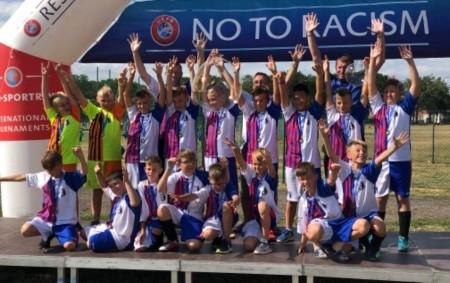 """RYCHNOV N. K. - Úspěšná reprezentace juniorských fotbalistů na turnaji Wroclaw Trophy. Kluci přivezli tři výhry, jednu remízu a jen dvakrát podlehli silnějším týmům, z nichž jeden vyhrál celou skupinu.<a class=""""moretag"""" href=""""http://www.orlickytydenik.cz/96732/"""">...celý článek</a>"""