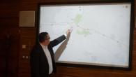 REGION – Radní pro investice Královéhradeckého kraje Václav Řehoř ukazuje při tiskové konferenci na mapě, kudy by měl vést budoucí obchvat Častolovic. Začít s jeho realizací, pokud vše půjde dobře,