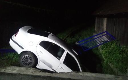 """TRNOV – Profesionální hasiči zDobrušky a Rychnova nad Kněžnou odstraňovali 26. srpna ve 3.51 hodin následky dopravní nehody osobního vozidla. To havarovalo vobci Trnov, poškodilo zábradlí, sjelo z mostku a<a class=""""moretag"""" href=""""http://www.orlickytydenik.cz/auto-po-dopravni-nehode-skoncilo-v-potoce/"""">...celý článek</a>"""