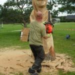 Umělecký řezbář Miroslav Kříž z Náchodska při tradičním sochání při soutěži tvoří medvěda gryzzliho