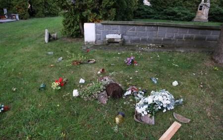 """RYCHNOVSKO –Policisté z obvodního oddělení v Dobrušce prošetřují poškození čtyř pískovcových květináčů a ulomení kříže ze sochy na rozptylové loučce uvnitř dobrušského hřbitova.Podle přijatého oznámení mělo k poškození neznámým pachatelem<a class=""""moretag"""" href=""""http://www.orlickytydenik.cz/policie-hleda-svedky-poskozeni-na-hrbitove-v-dobrusce/"""">...celý článek</a>"""