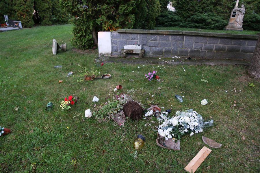 poškozený hřbitov   2 ViewImage