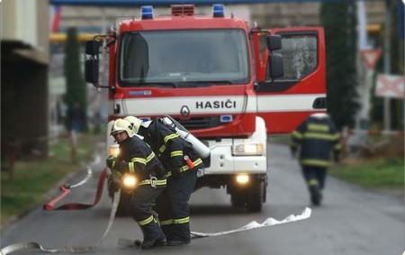 DEŠTNÉ VO. H. - Profesionální hasiči zDobrušky a místní dobrovolná jednotka likvidovali 15. října v05.48 hodin požár dvou plastových kontejnerů na odpad. Při události nevznikla žádná škoda.
