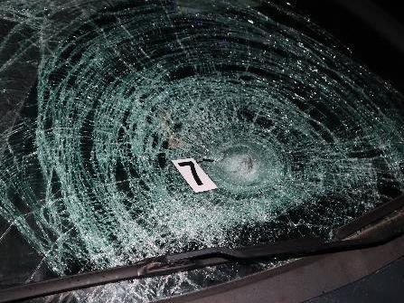 Automobil srazil mimo obec neosvětlenou chodkyniViewImage
