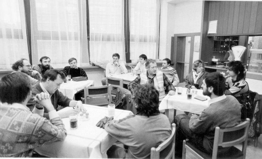 BudovaOVKSČ_setkání v bufetu_leden1990