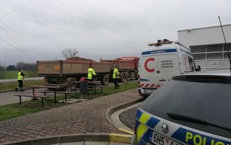 """RYCHNOVSKO - Na další kontrolu nákladních aut se poslední listopadové úterý vypravily hlídky dopravních policistů ve spolupráci s Centrem služeb pro silniční dopravu. Policisté se tentokráte zaměřili na frekventovanou komunikaci<a class=""""moretag"""" href=""""http://www.orlickytydenik.cz/policie-na-rychnovsku-patrala-po-pretizenych-kamionech/"""">...celý článek</a>"""