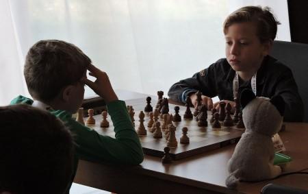 """RYCHNOV N. K. - Těsně před šestnáctou hodinou 30. prosince 2019 skončil poslední partií třídenní šestikolový Vánoční šachový turnaj v Rychnově hraný tempem hodinu a 30 sekund na tah.<a class=""""moretag"""" href=""""http://www.orlickytydenik.cz/vitezi-vanocniho-rychnova-gubin-a-krautschneider/"""">...celý článek</a>"""
