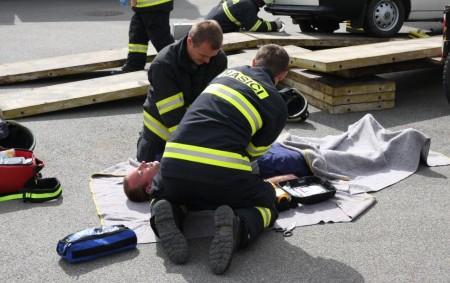 """REGION –Dobrovolní hasiči mohou poskytnout předlékařskou první pomoc ještě před příjezdem záchranářů. To je výsledek úsilí o zkrácení dojezdového času sanitek, který vedl ke vzniku dohody mezi krajem, hasiči, záchranáři<a class=""""moretag"""" href=""""http://www.orlickytydenik.cz/dobrovolni-hasici-maji-nove-pravomoci/"""">...celý článek</a>"""
