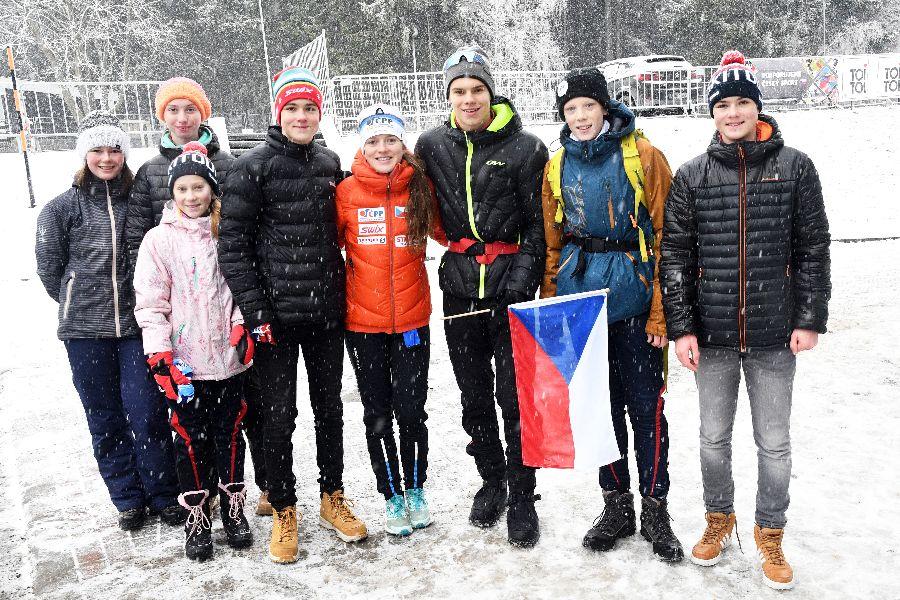 Zuzana Holíková v červené bundě uprostřed.