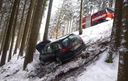 """DEŠTNÉ VO. H. – Několik metrů pod silnicí skončilo 8. února osobní vozidlo, které havarovalo na silnici zDeštného vOrlických horách vedoucí do Luisina údolí. Na místě zasahovali profesionální hasiči zDobrušky<a class=""""moretag"""" href=""""http://www.orlickytydenik.cz/auto-skoncilo-nekolik-metru-pod-silnici/"""">...celý článek</a>"""
