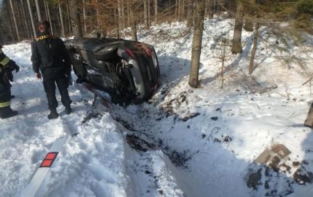 """ORLICKÉ ZÁHOŘÍ – Vkatastru Orlického Záhoří havaroval 9. února osobní automobil, který skončil mimo vozovku převrácený na bok. Při nehodě nebyl nikdo zraněn. Na místě zasahovali profesionální hasiči zRychnova nad<a class=""""moretag"""" href=""""http://www.orlickytydenik.cz/auto-se-prevratilo-na-bok/"""">...celý článek</a>"""