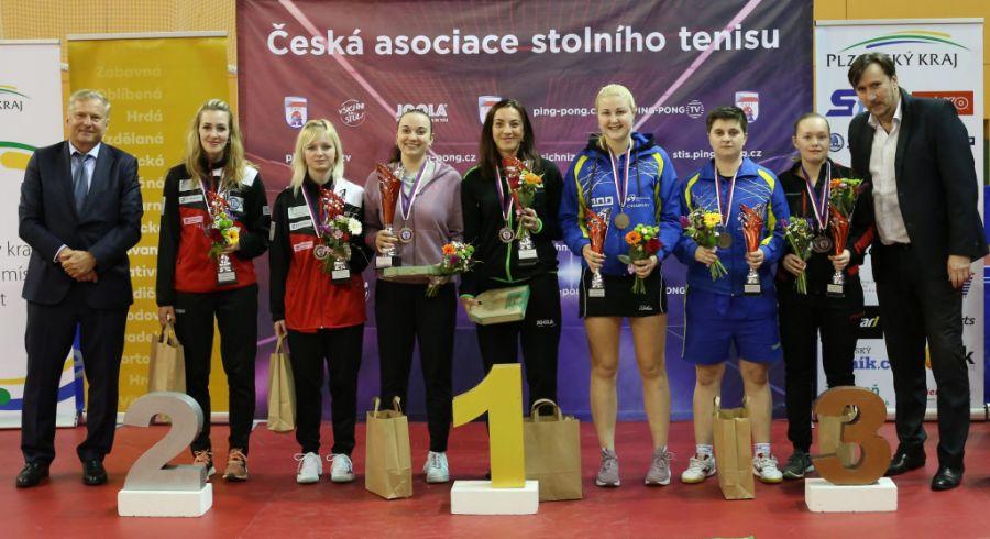 Medailistky čtyřhry žen. Zdena Blašková čtvrtá zleva.