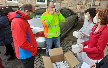 """NÁCHOD – Zdravotní sestry vnáchodské nemocnici dostaly čtyři tisíce roušek prostřednictví Nadační fondu pro podporu nemocnice od soukromého dárce. V úterý 31. března bylo předáno 4000 jednorázových roušek pro zdravotní<a class=""""moretag"""" href=""""http://www.orlickytydenik.cz/zdravotni-sestry-dostaly-ctyri-tisice-rousek-od-darce/"""">...celý článek</a>"""